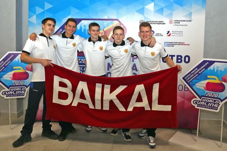 Флаг с надписью Baikal спортсменам вручил их земляк, приехавший из Иркутска