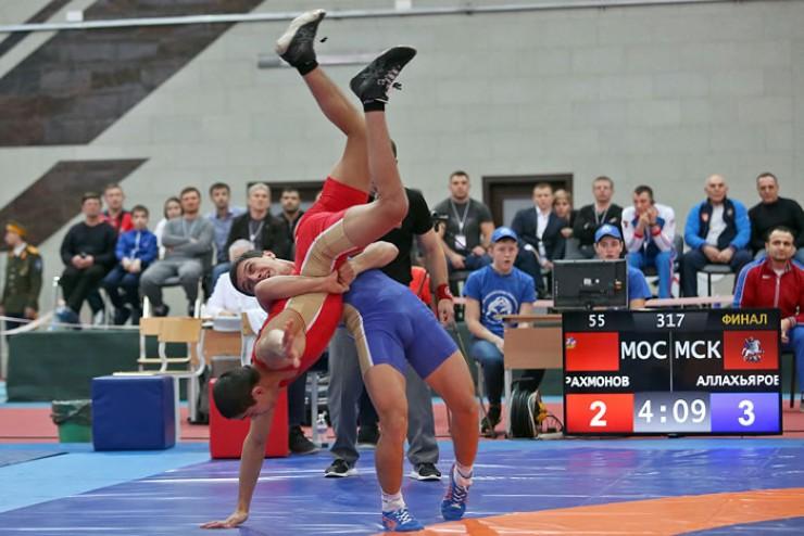 Эпизод финальной схватки в категории до 55 кг между Анваром Аллахьяровым из Москвы и Хусейном Рахмоновым из Подмосковья