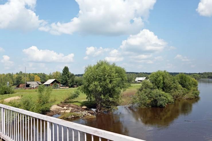 Вид на деревню Харантей с моста через реку Икей