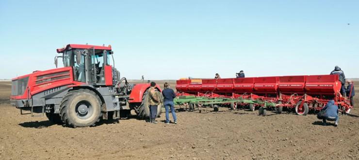 Аграрии региона к сезону подготовились очень хорошо — о ГСМ и удобрениях позаботились загодя. Прикупили новые тракторы, а также сеялки производства Украины. Качественные агрегаты — уже сейчас видно, не зря деньги потратили.