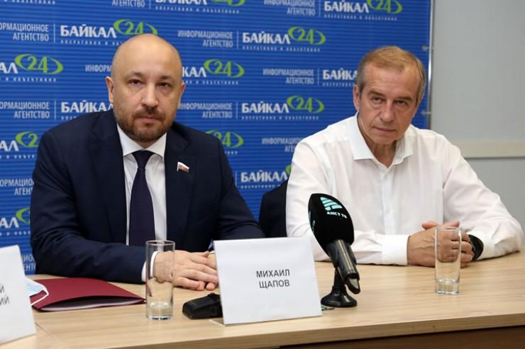 Михаил Щапов, депутат Госдумы России, и Сергей Левченко, экс-губернатор региона, на первой пресс-конференции по выдвижению кандидата на пост губернатора.