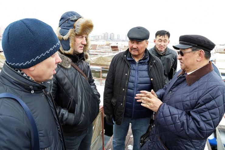 Виталий Андриянов (второй слева) прочитал гостям из Монголии целую лекцию, посвящённую разведению ценных пород рыбы