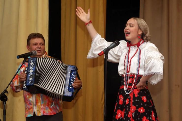На сцене — Александр Ганичев и дважды лауреат нынешнего фестиваля «Русский лад» Мария Ерган