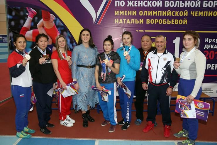 Наталья Воробьёва с землячками, победительницами её турнира, и иркутскими тренерами