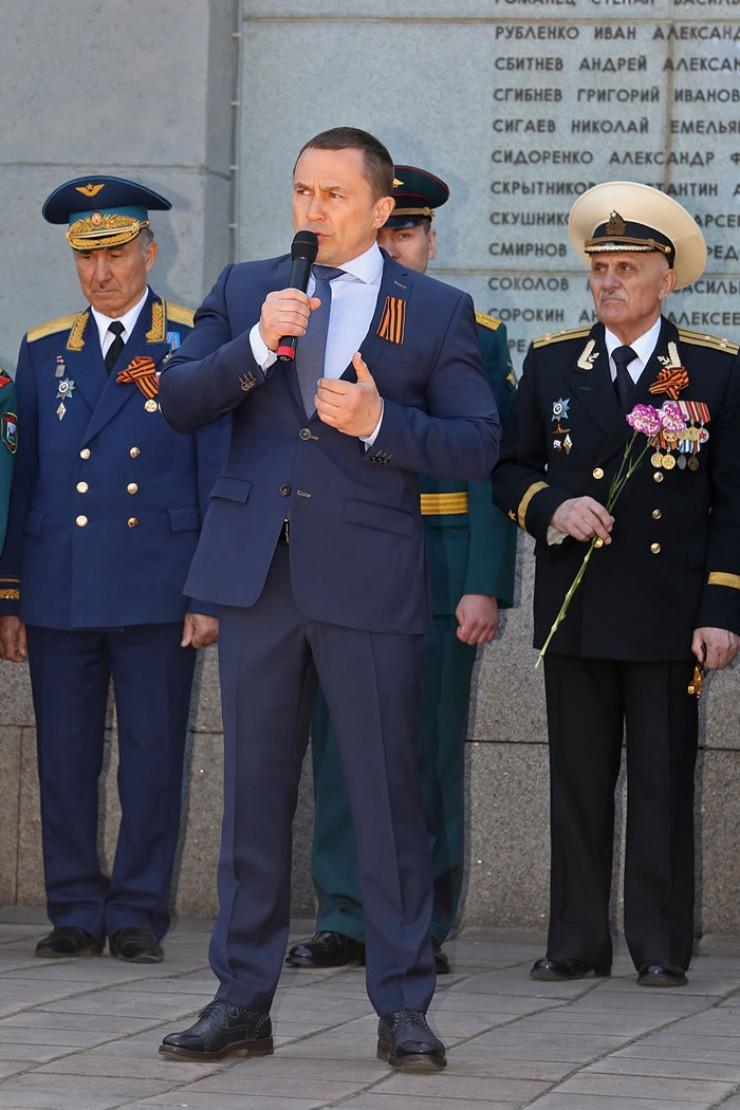 Праздничный митинг открыл мэр города Иркутска Дмитрий Бердников