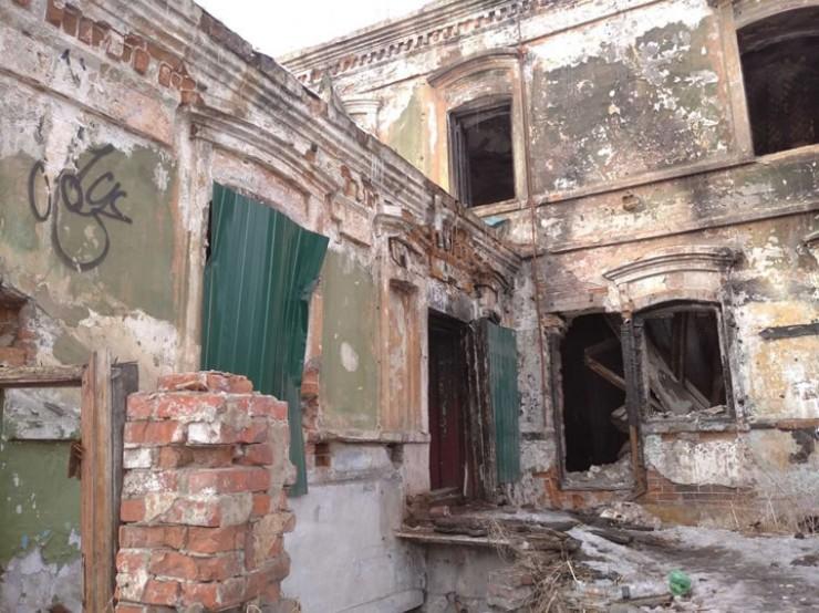 В ночь пожара жильцы этого старого, дореволюционного дома помогали пострадавшим, выносили им одеяла и теплые вещи. Позже особняк XIX века расселили, последние десять лет он стоит заброшенным.