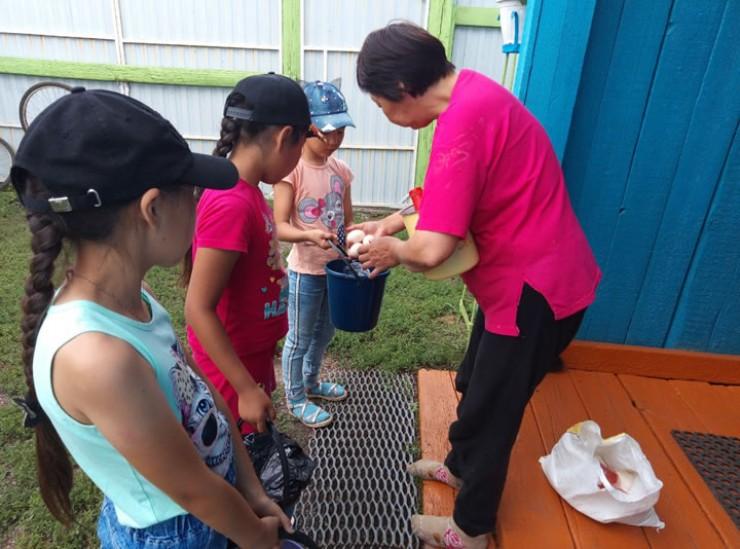 Накануне праздника дети прошлись по соседям и собрали продукты