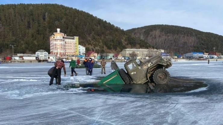 Второй провалившийся ЗИЛ-131 провисел на кромке льда напротив Листвянки до утра. Утром следующего дня, при попытке выдернуть его, он также ушел на дно.