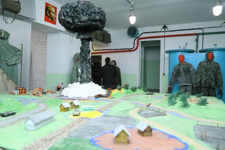 Современная молодежь вряд ли имеет представление о том, как выглядит бомбоубежище. Но побывать в таком объекте возможно и в наши дни. Бомбоубежище с интересными экспозициями будут показывать посетителям военно-патриотического парка. Здесь можно увидеть средства радиационной, химической и биологической защиты, а военные экскурсоводы расскажут, что происходит во время ядерного взрыва и как должны действовать защитники Родины и мирное население