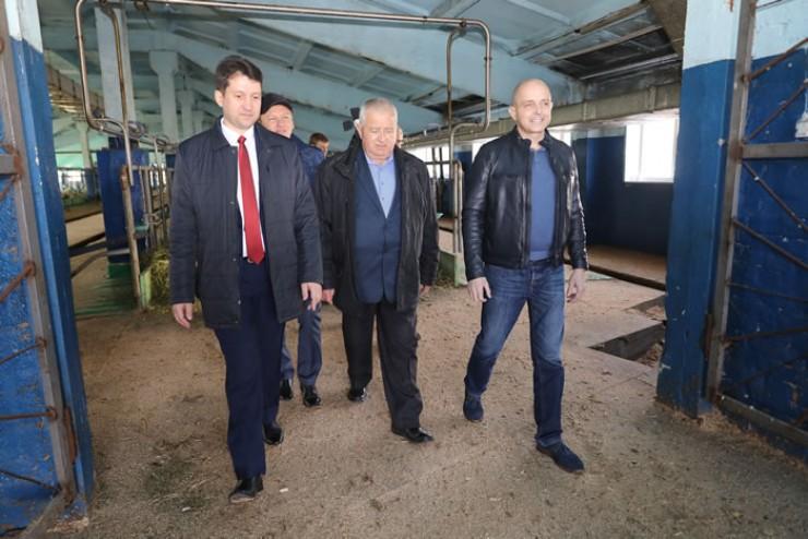АО «Большееланское» — одно из передовых хозяйств области. Перед совещанием руководитель хозяйства Виталий Шадрин устроил для депутатов экскурсию.