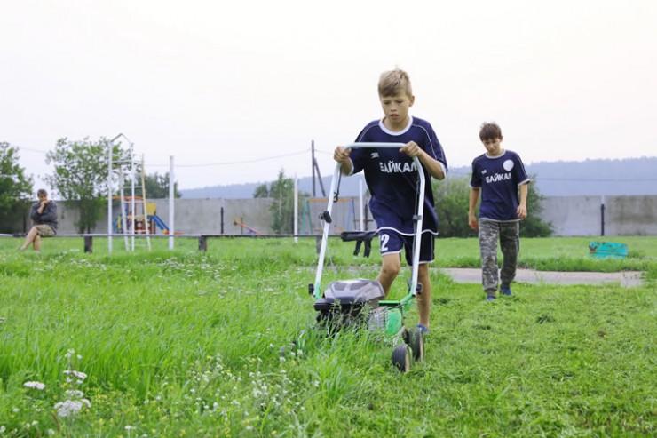 Ребята сами ухаживают за своим стадионом, в том числе и с помощью газонокосилки.