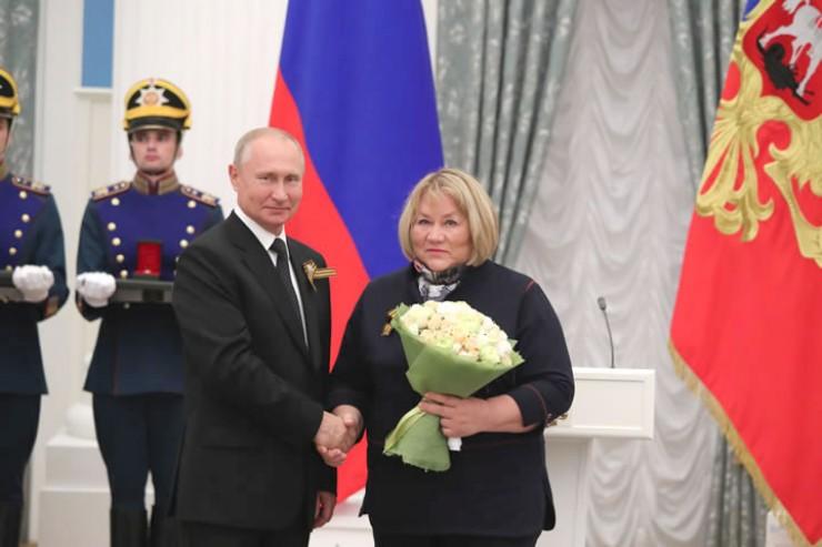 Госпремию РФ по культуре и искусству за 2019 год иркутскому филологу, фольклористу, этнографу Галине Афанасьевой-Медведевой президент страны вручал лично.