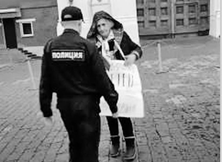 С плакатом в одиночный пикет вышла пенсионерка, активистка общественного движения «Усольский рубеж» Вера Давыдова