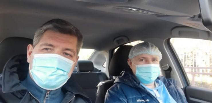 Сергей Беспалов (слева): «Вожу доктора по вызовам. Парня зовут Арсен.  Он в Иркутске с 1982 года, почти всю жизнь на скорой помощи, сейчас на вызовах  в поликлинике. Прикинул, что из первых пяти вызовов пешком онпопал бы лишь  на три.До обеда мы объехали 14 человек. Другие врачи — два, три, шесть. Вывод очевиден»