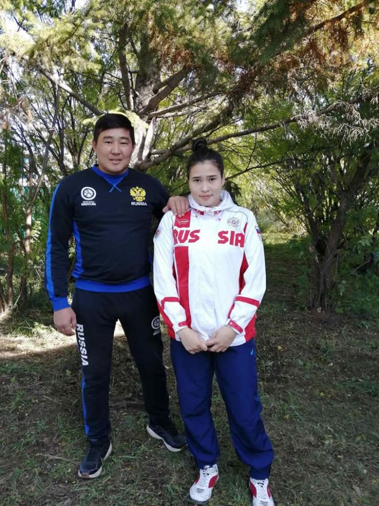 Учитель физкультуры Саян Балитов с одной из способных учениц Кристиной Тамразян