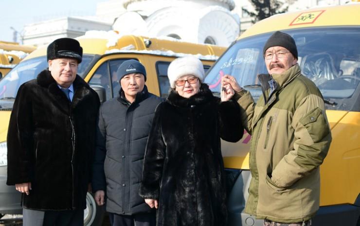 Анатолий Прокопьев поздравил коллектив Обусинской школы с приобретением современного и комфортабельного автобуса