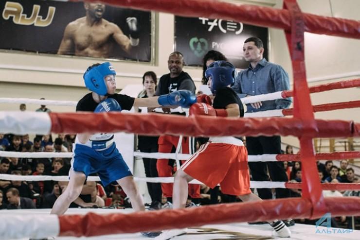 Иркутские пацаны получили возможность показать великому боксеру свои бойцовские качества.