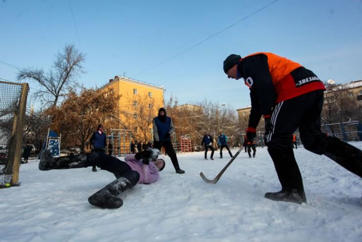 Игра в валенках развивает особую ловкость — на снегу мяч непредсказуем.