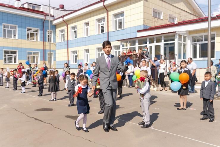 Честь подать первый звонок выпала ученику 11-го класса Андрею Тармакову и первокласснице из 1 «Б» класса Валерии Пилуновой