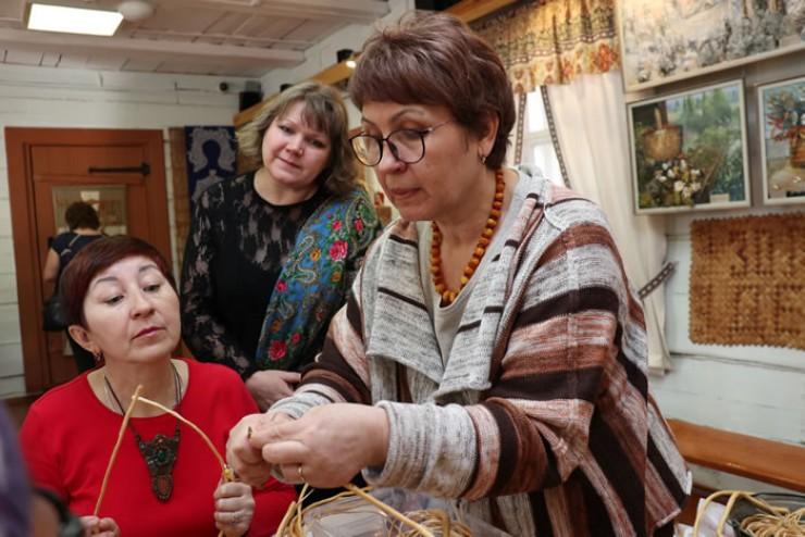 Лариса Дорош провела мастер-класс по плетению из корня сосны