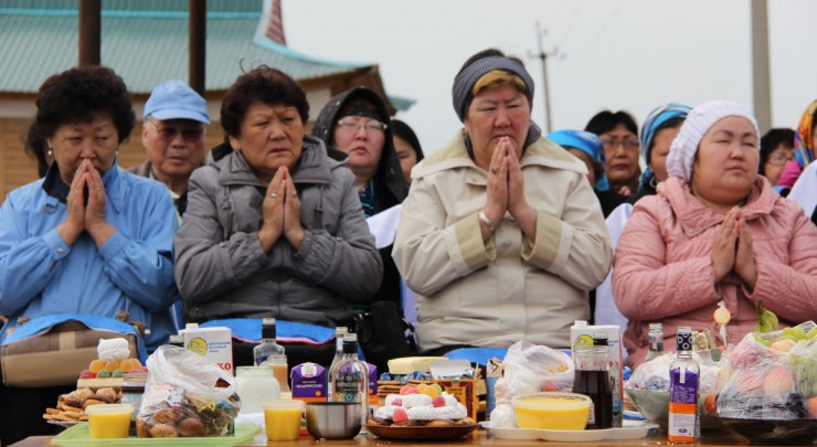 Люди пришли в дацан, чтобы попросить удачи и долголетия