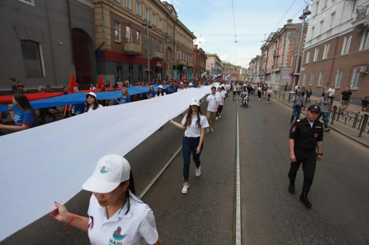 50-метровый флаг России пронесли через центр Иркутска
