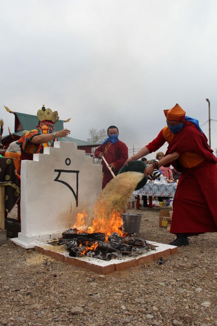 Красочный обряд шел два часа. Ламы «кормили» огонь маслом и зерном.