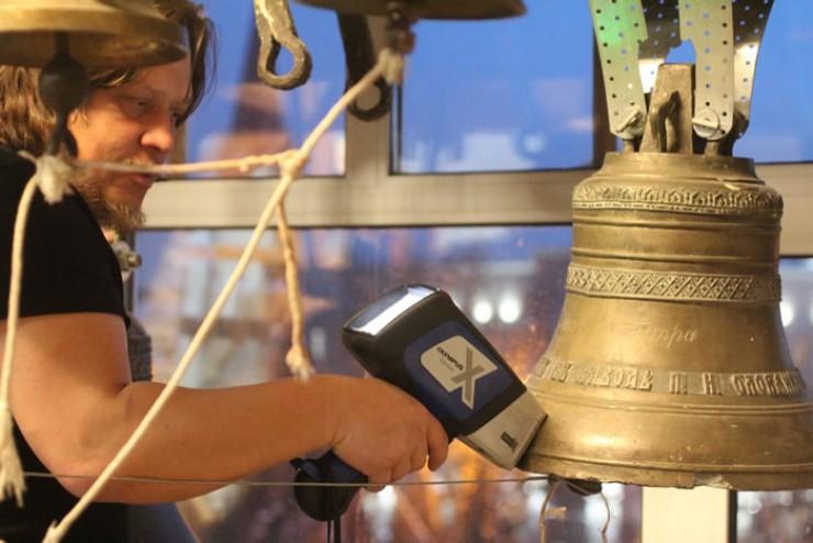 Новосибирец Алексей Талашкин исследует колокол завода Оловянишникова с помощью портативного рентген-флуоресцентного сканера