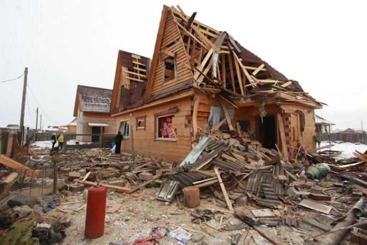 Фундамент — это все, что осталось от гаража, в котором стояла машина. Сила взрыва была такой, что гараж из пескоблоков разорвало во все стороны, разрушило полдома хозяев.