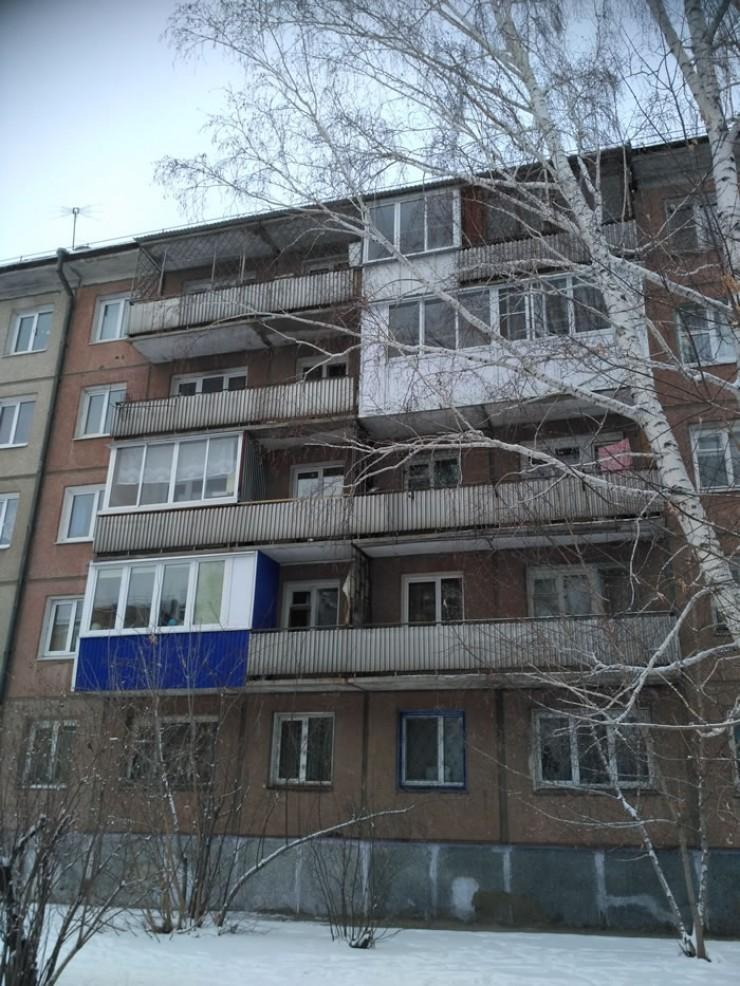 Даже разглядывая проблемные балконы с улицы, легко догадаться, где соседям удалось договориться, а где — нет.