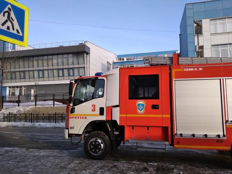 Пожарные машины оставались у школ до самого вечера