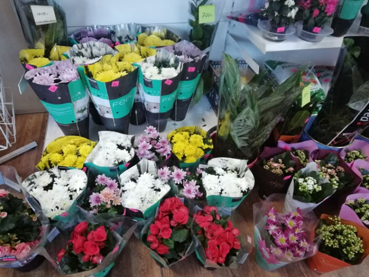 Перед праздником в цветочных салонах царит настоящая красота. Однако это ненадолго. После 8 марта ассортимент заметно скудеет.