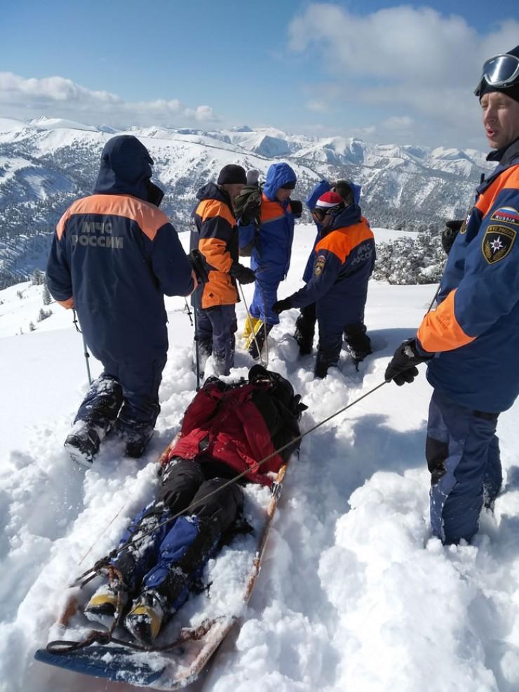 Сначала спасатели несколько сот метров несли женщину на себе, потом положили  на носилки и спустили вниз