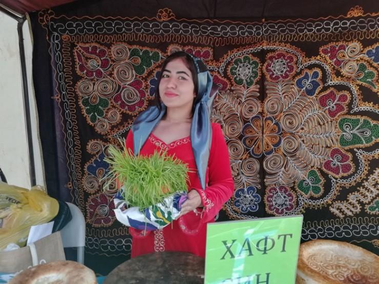 Пророщенная пшеница радовала глаз молодыми нежно-зелеными ростками. Это главный символ Новруза.