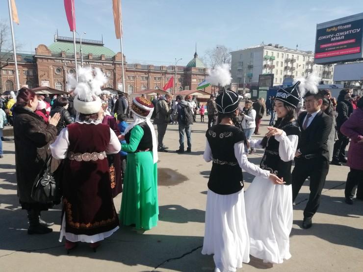 На одной площадке собрались представители разных народов. Всех их в этот день объединил один большой праздник — Новруз.