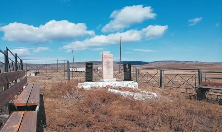 Три года назад в Нуху-Нуре установили памятник. Теперь за ним присматривает вся деревня. Накануне 9 Мая жители проведут здесь генеральную уборку.