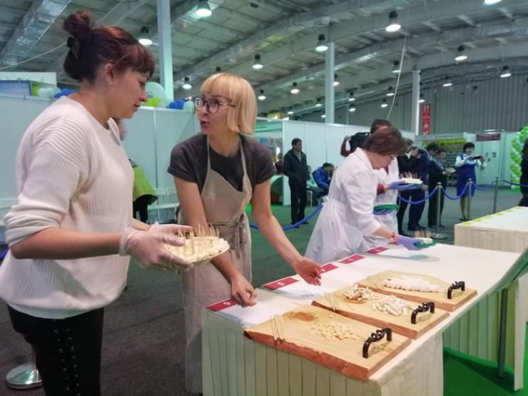Янина Топтун (справа) представила на конкурсе свой продукт из вкусного и полезного козьего молока.
