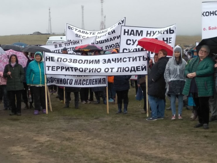 Несмотря на дождь и ветер, митинг собрал несколько сотен человек. Главное, что беспокоит рядовых обывателей, — это вероятные запреты и ограничения