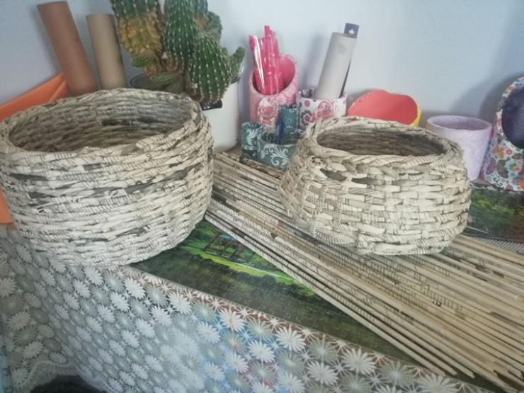 Эти корзины ребятишки плетут из многочисленных газетных трубочек