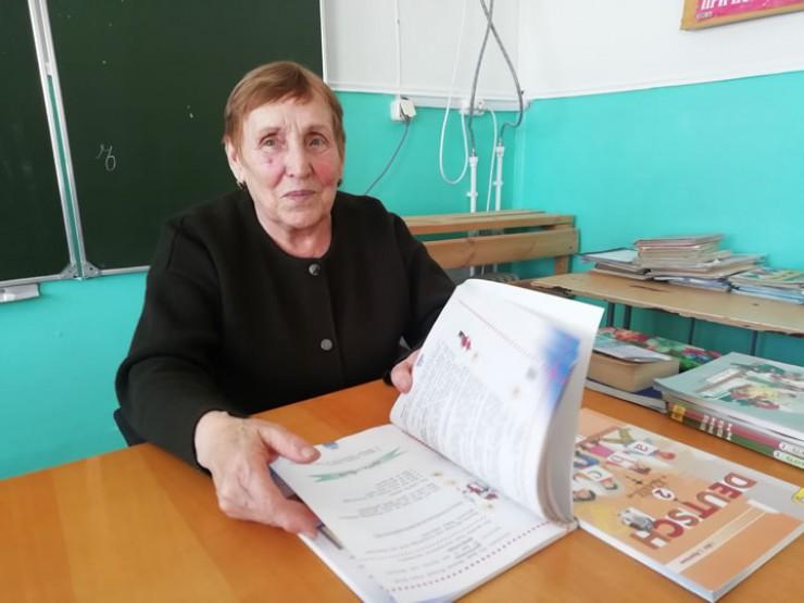 Раиса Ленчук в детстве переехала в Иркутскую область из Украины. Заслуженный учитель РФ, в прошлом году она отметила 75-летний юбилей. Раиса Маркияновна до сих пор успешно работает заведующей начальной школы.
