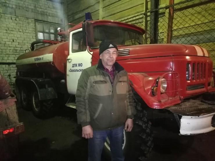 Лев Демин много лет провел за рулем пожарной машины, а теперь трудится в должности сельского старосты