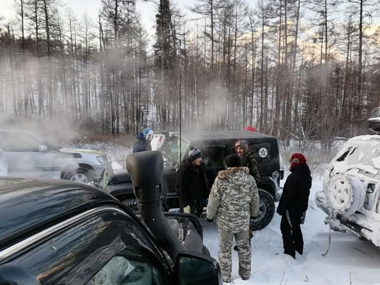 Удивительно, но на безлюдном зимнике в таежной глуши попадаются встречные автомобили — с такими отмороженными путешественниками на борту.