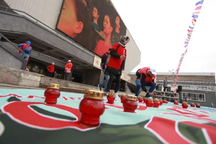 Возле Дворца спорта почтили память тех, кто умер от СПИДа.