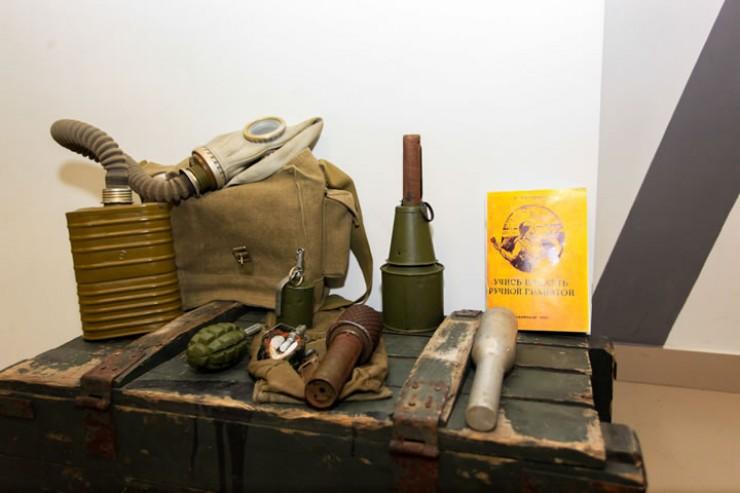 Школьники в военное время должны были не только успевать по основным предметам, но и уметь обращаться с гранатой и противогазом.