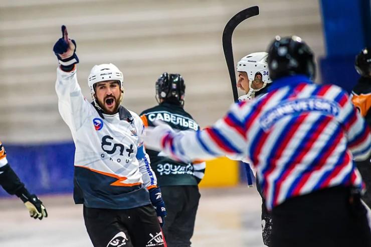 Капитан «Б-Э» Андрей Прокопьев празднует успех в матче  с «Кузбассом»