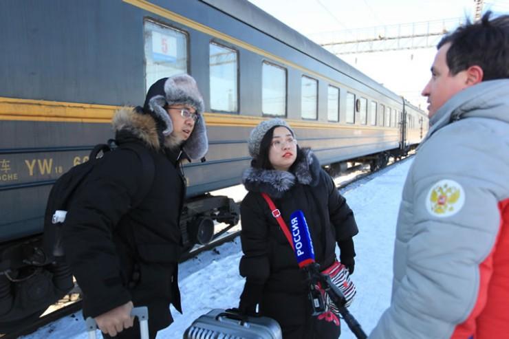 Последний, успевший отправиться до запрета железнодорожного сообщения, поезд Пекин—Москва встречали медики и журналисты.