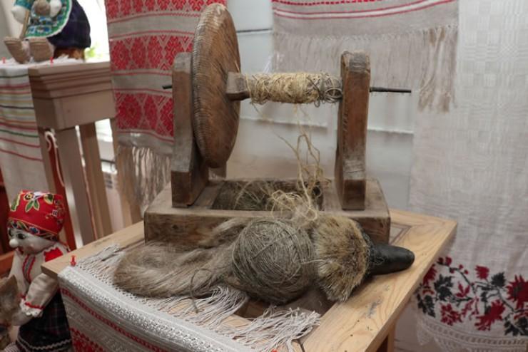 Чтобы из пасмы получилась нить, входящая  в игольное ушко, нужно сделать три прочёса