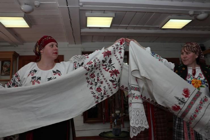 Мастера Лариса Верхотурова и Олеся Ванцай: «На каждое полотенце уходит два клубка льняной нити»