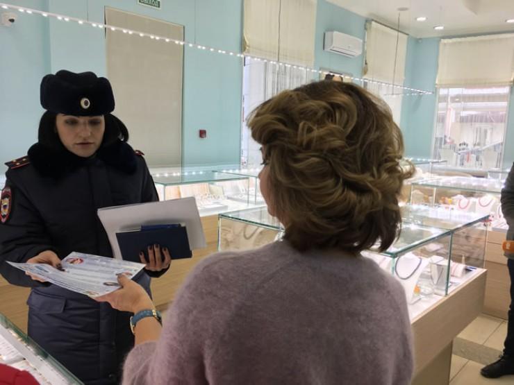 Ирина Певзнер вручила администратору ювелирного магазина листовку с пятью правилами, которые помогут предотвратить совершение преступления в новогодние праздники.