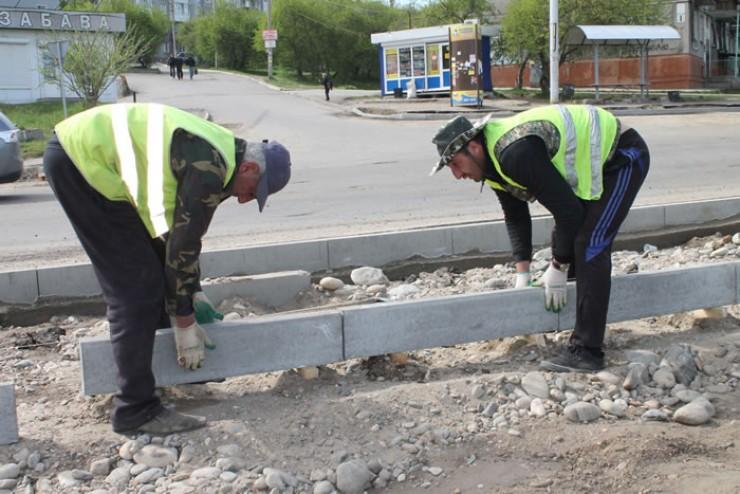 На объездной дороге в Юбилейном ведутся комплексные работы по обустройству дорожного полотна, тротуаров, замене бордюрного камня.